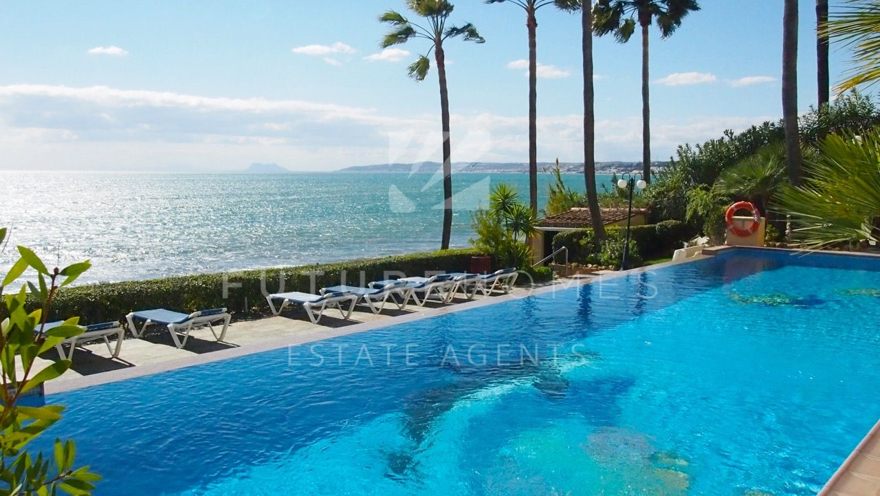 ABSOLUTE FRONTLINE BEACH - 3 bedroom apartment in the prestigious El Coral urbanisation near Estepona port!