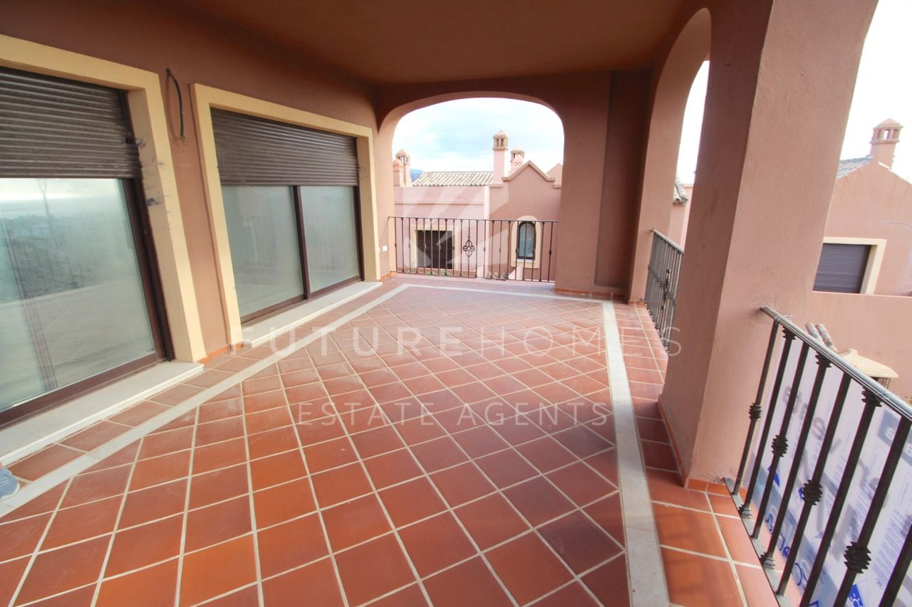AMAZING OPPORTUNITY!! Very spacious 4 bedroom townhouse with sea views and private garage in Estepona