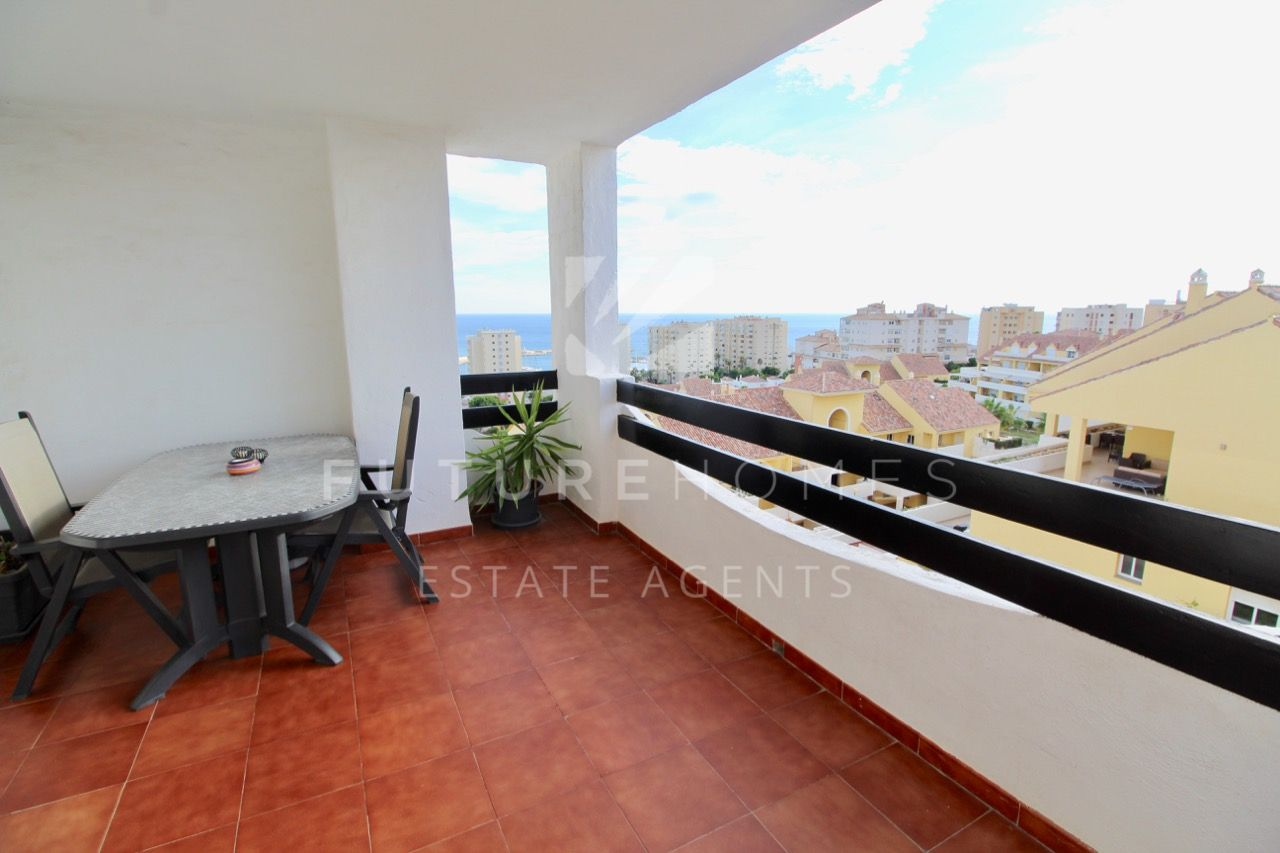 Spacious and sunny apartment with sea views in the heart of Estepona port
