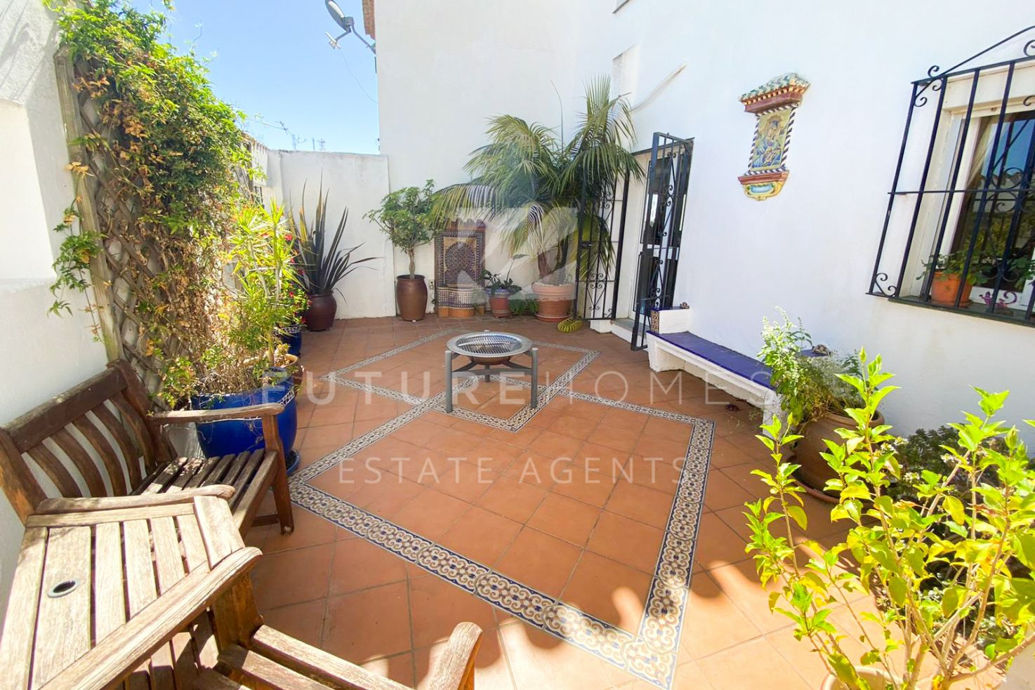 Very spacious Andalusian style villa only 1 km from the beach!