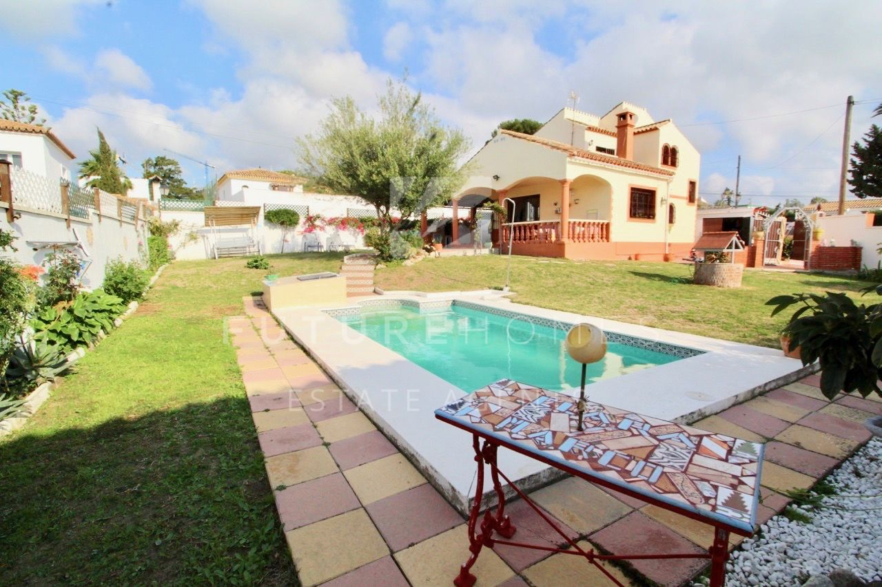 Detached villa with swimming pool and sea views for sale in Don Pedro, Estepona