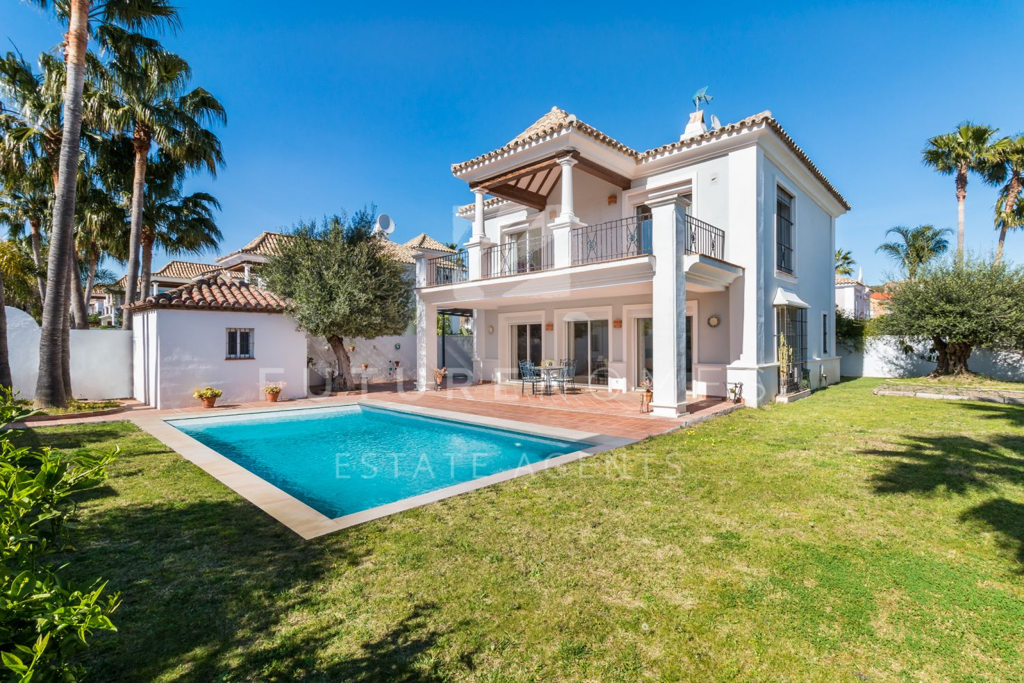 Immaculate detached villa for sale in La Duquesa!