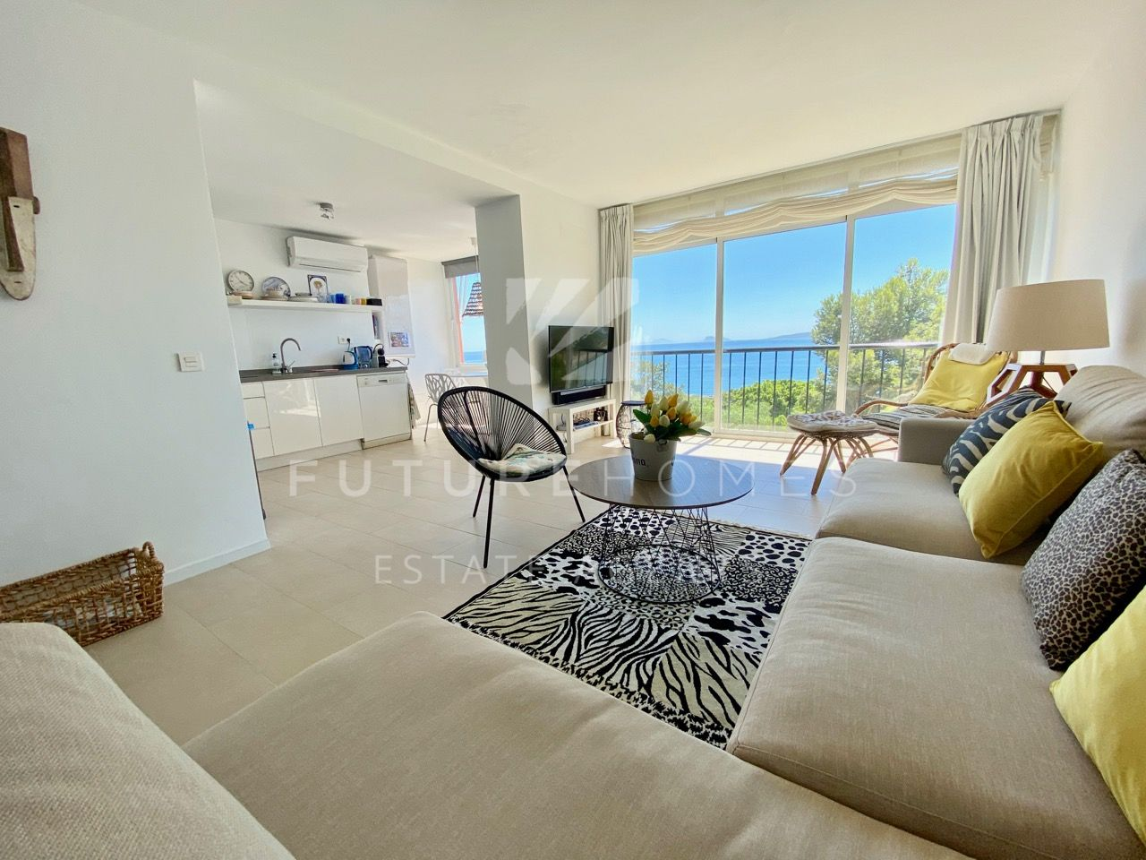 Estepona port - immaculate 3 bedroom apartment with fantastic sea views!