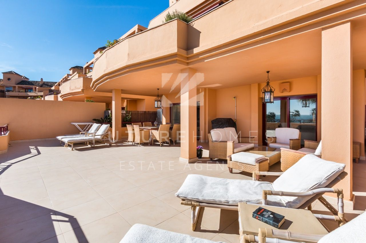 Immaculate frontline apartment in Riviera Andaluza with large terrace and sea views