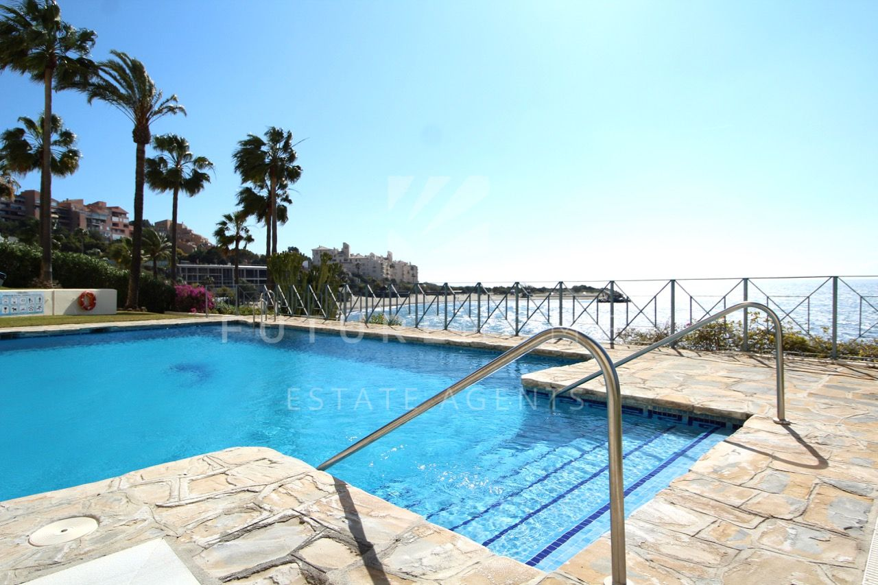 Frontline apartment overlooking El Cristo beach, Estepona