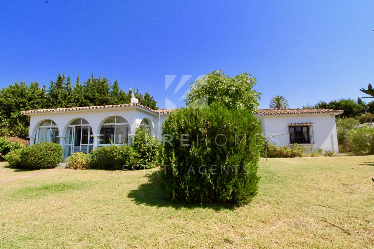 Detached villa in El Padron Estepona with amazing plot and Spanish character