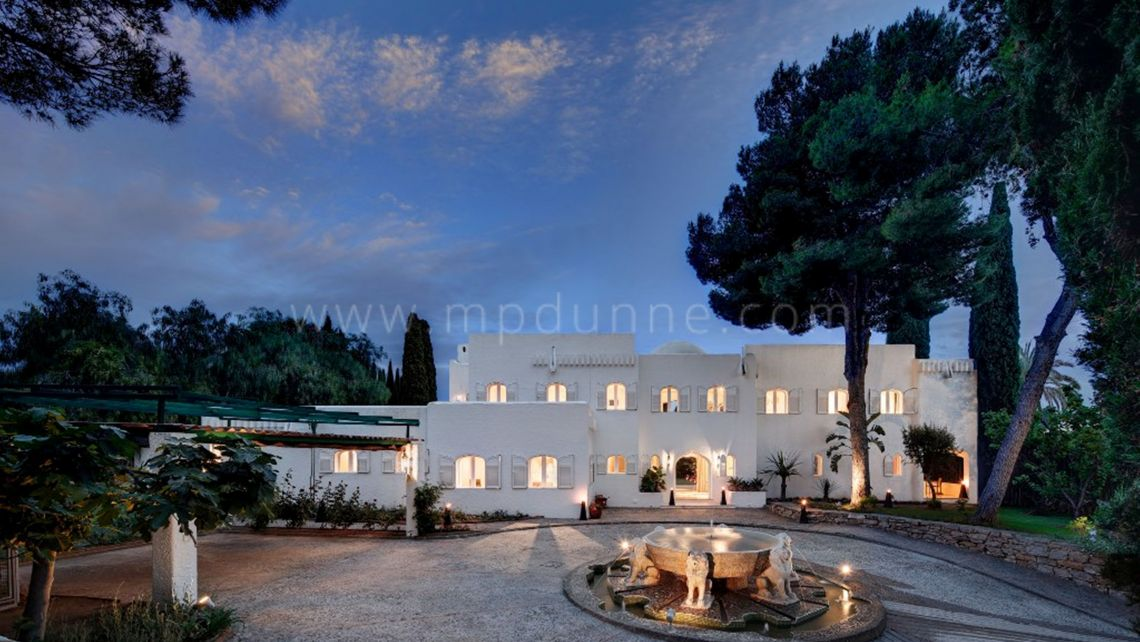 Nueva Andalucia, Family Villa for sale on a large plot for Sale Atalaya Rio Verde, Marbella