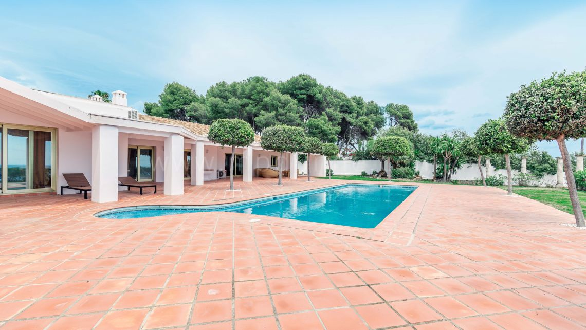 Estepona, Front line beach plot with Villa in El Paraíso Barronal