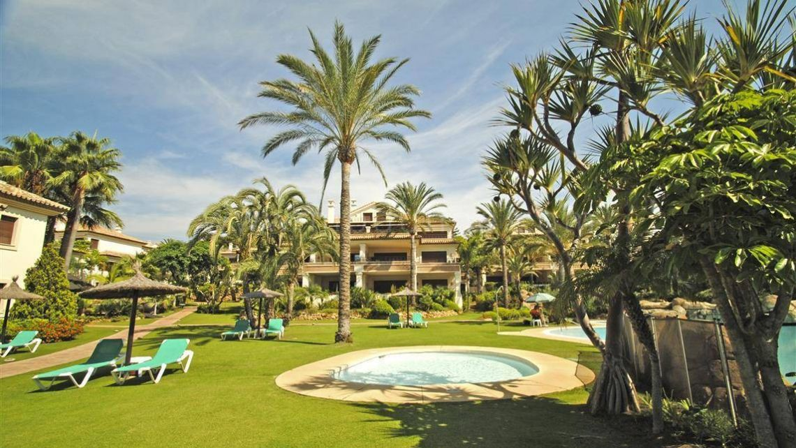 Marbella East, Luxury apartment in a frontline beach complex in Los Monteros Playa