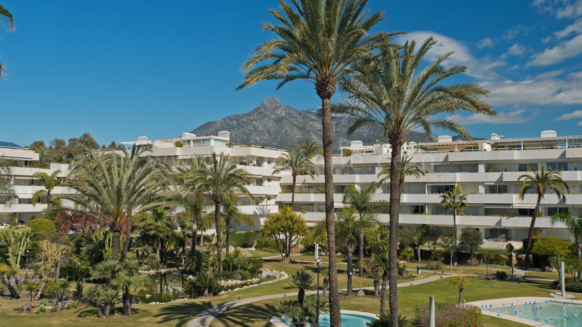 Marbella - Puerto Banus, Beautiful beachfront apartment for sale in Los Granados, Puerto Banus