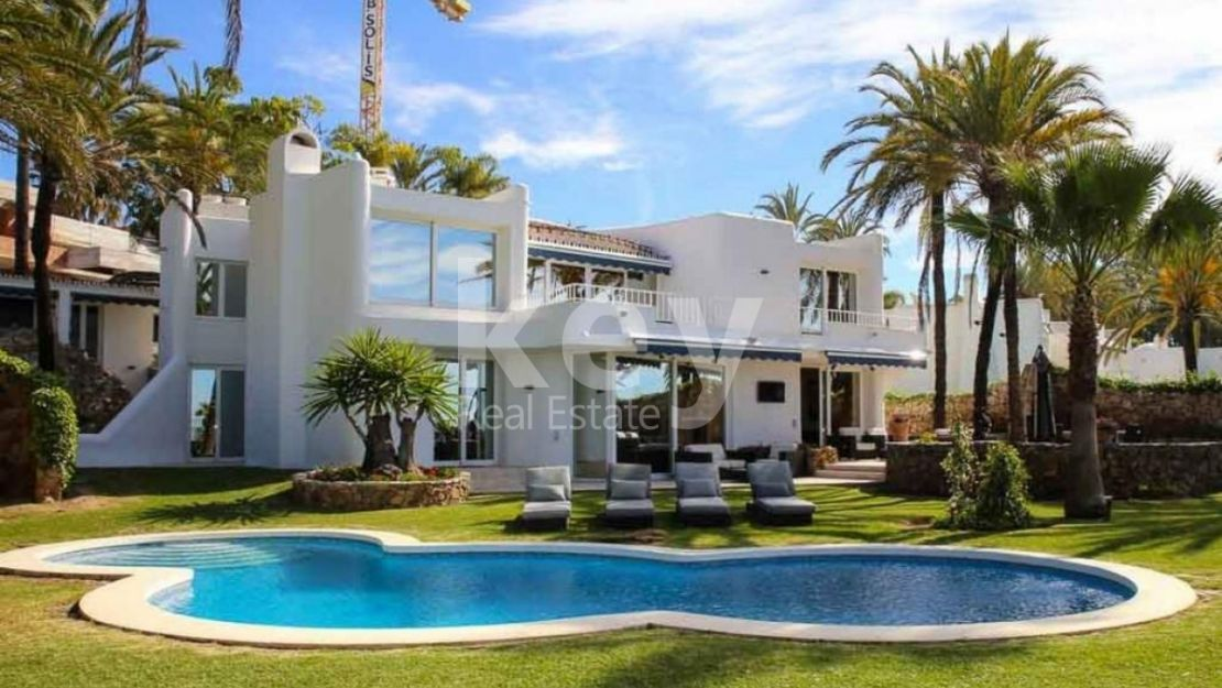 VILLA IN THE FIRST LINE OF THE BEACH IN MARBELLA, GOLDEN MILE