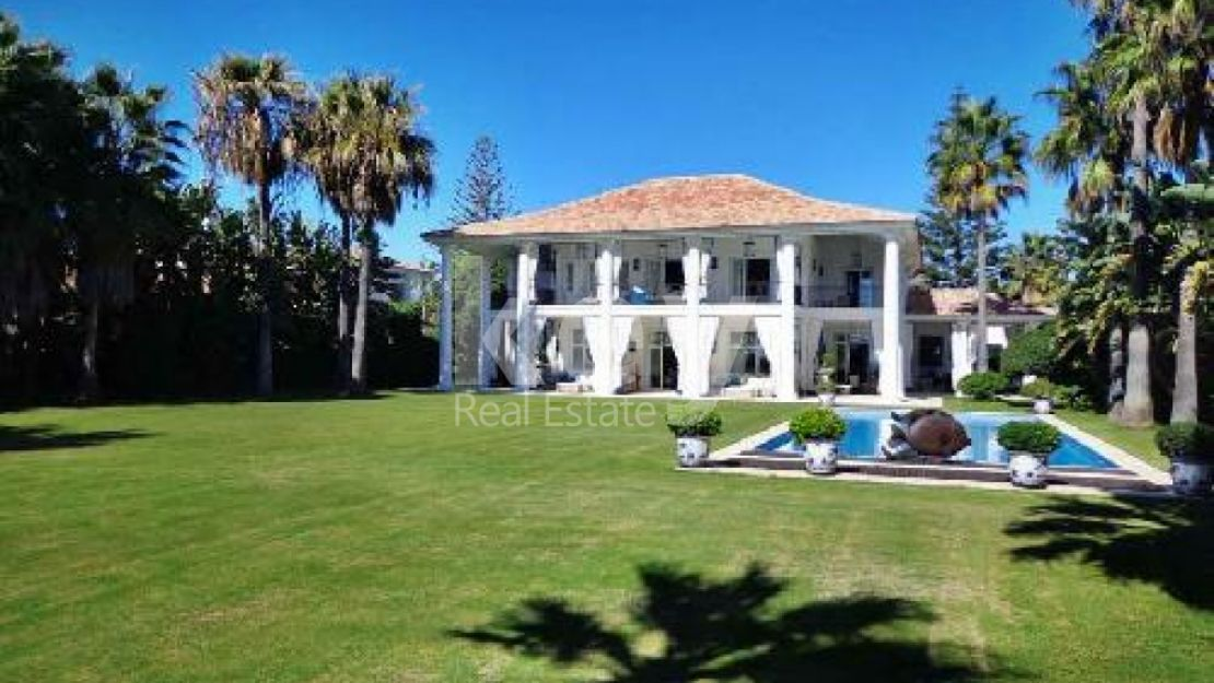 CLASSICAL VILLA INFRONT OF THE BEACH IN GUADALMINA BAJA, MARBELLA