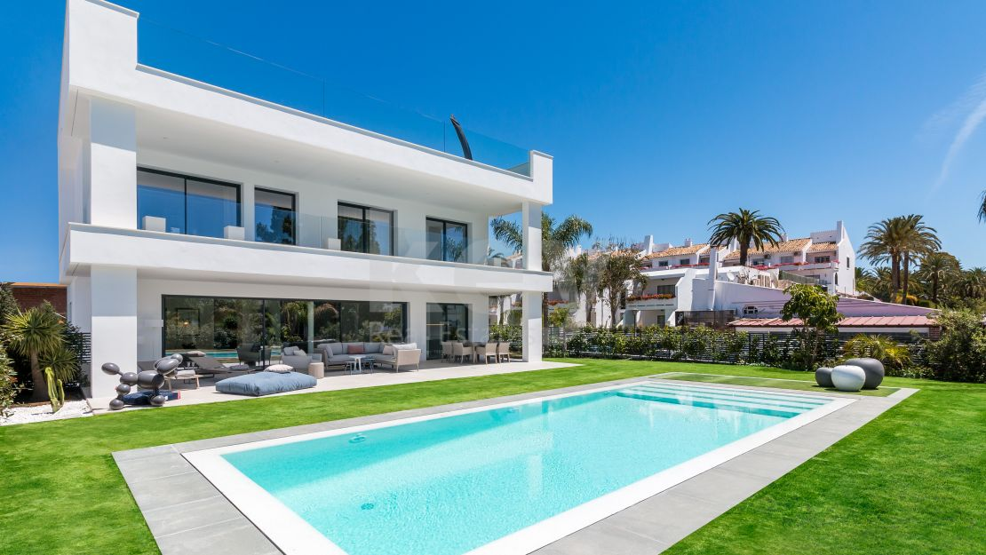 Brand new modern villa for sale with privileged location in Puerto Banús, Marbella