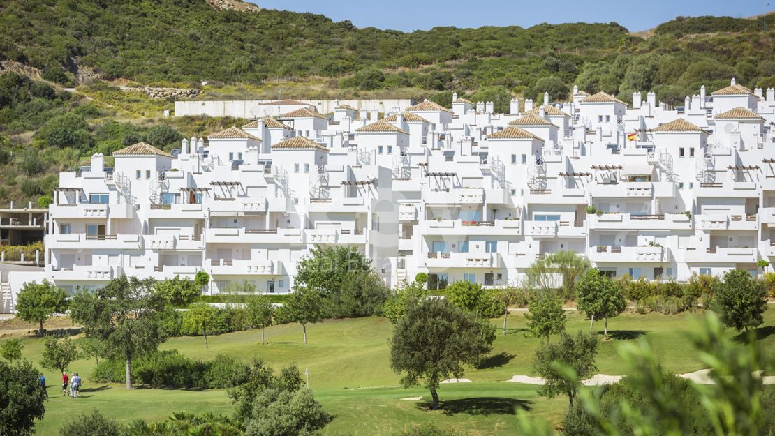 FRONTLINE GOLF APARTMENTS AND PENTHOUSES IN ESTEPONA