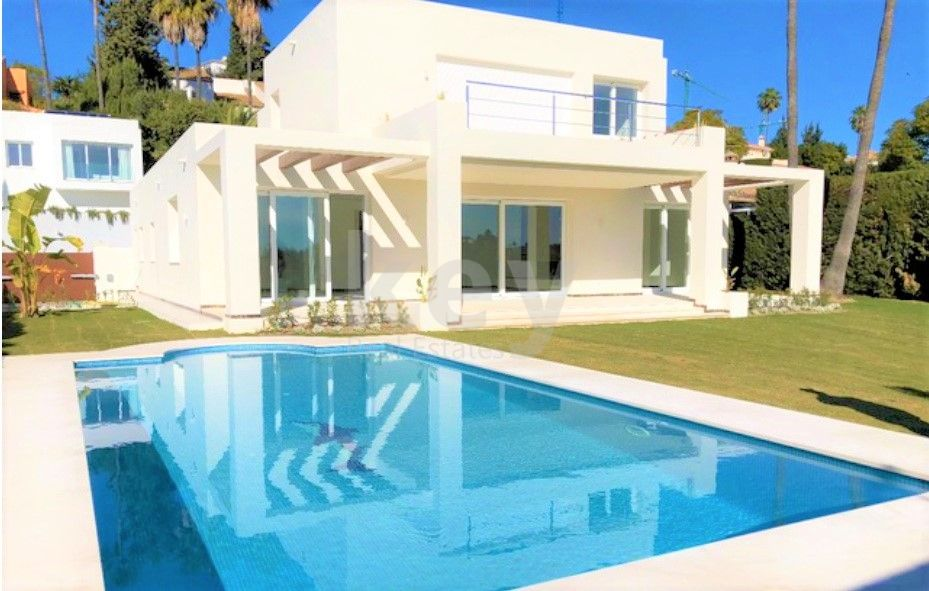 Wonderful  frontline golf villa in El Paraiso between Estepona and Marbella