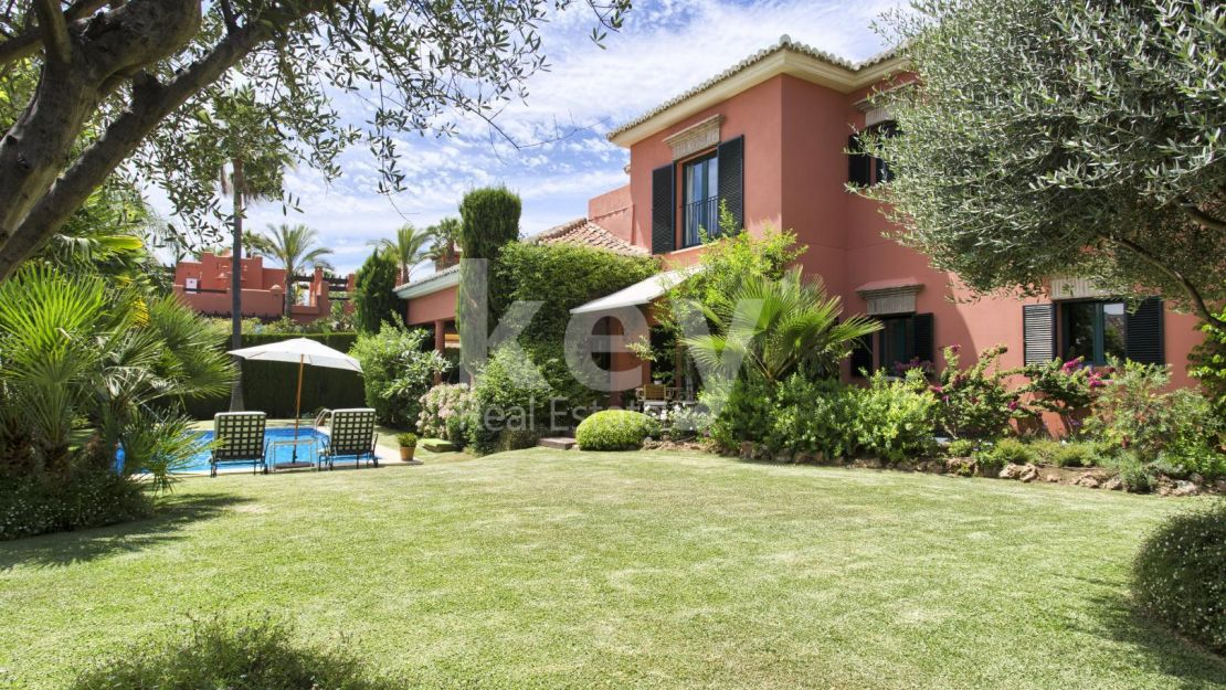 Villa for sale in Altos de Puente Romano Marbella