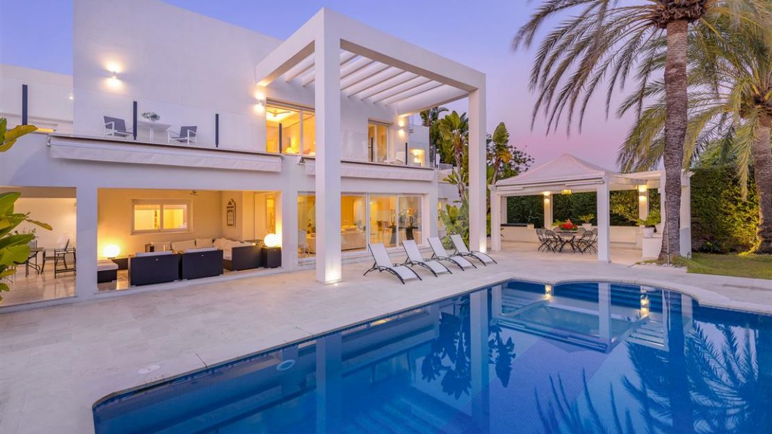 Modern style villa for sale located in one of the most prestigious areas of Marbella urbanization of Guadalmina Baja, Casasola