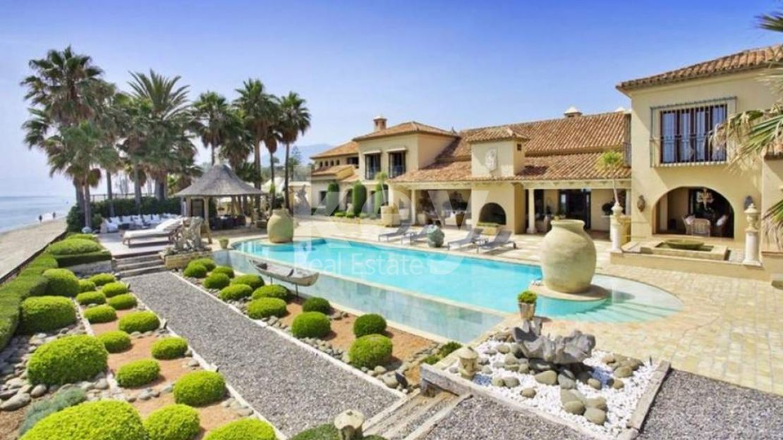 Villa Elegance: Unique beachfront villa in Los Monteros, Marbella