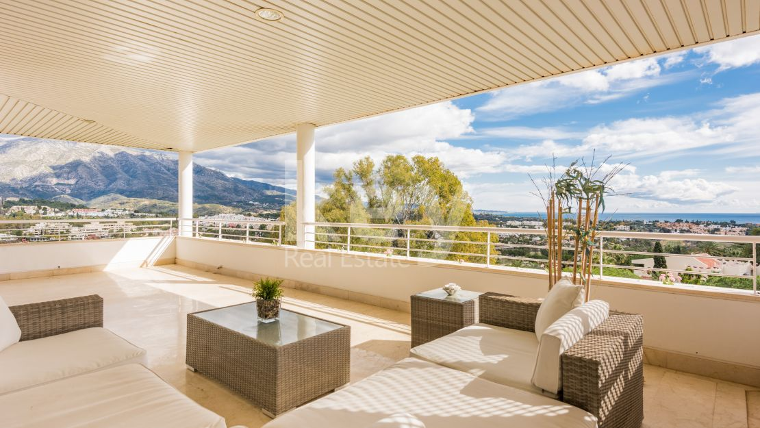 Luxury penthouse with incredible views to the sea and golf in Nueva Andalucia, Marbella