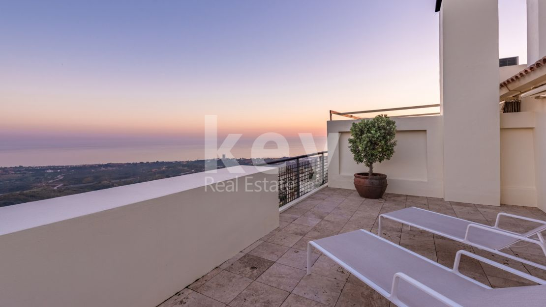 Fabulous penthouse with panoramic sea views in Marbella East