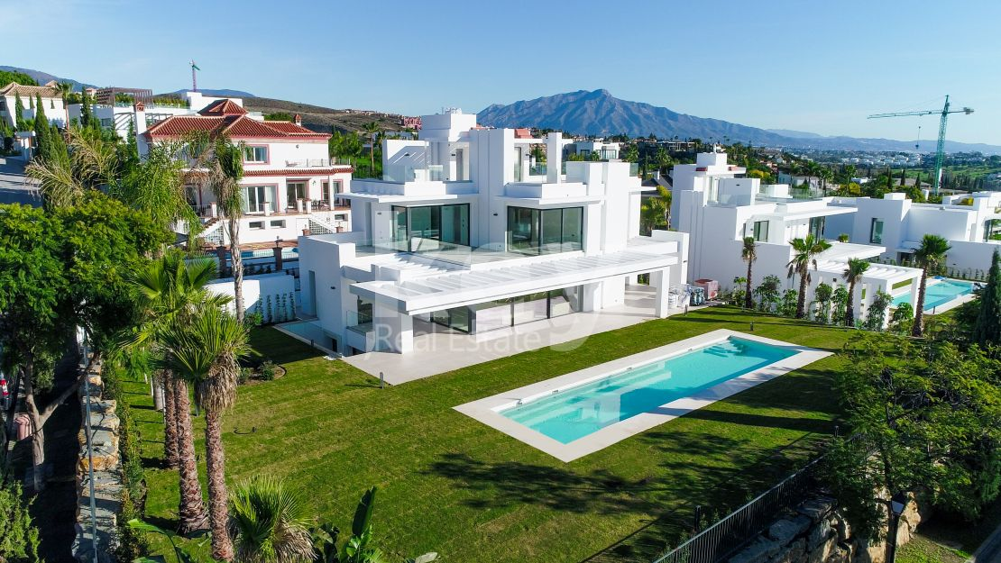 Contemporary villa with sea views in Los Flamingos Golf, Benahavís