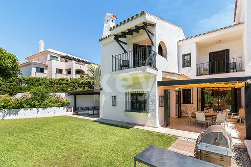 Charming sea views townhouse for sale within walking distance to Puerto Banús