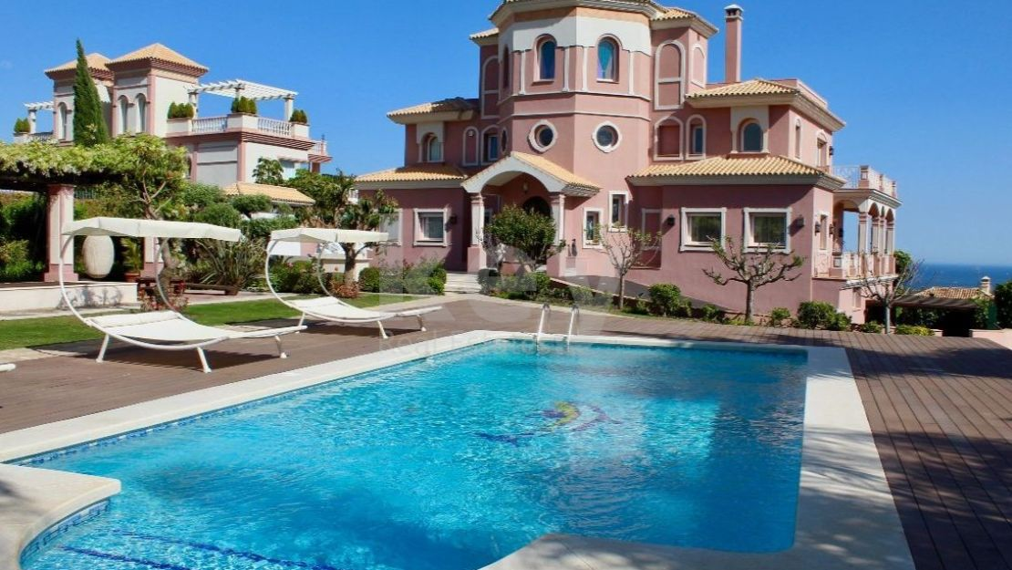 Benahavís, marvelous villa for sale in gated community in Los Flamingos Golf
