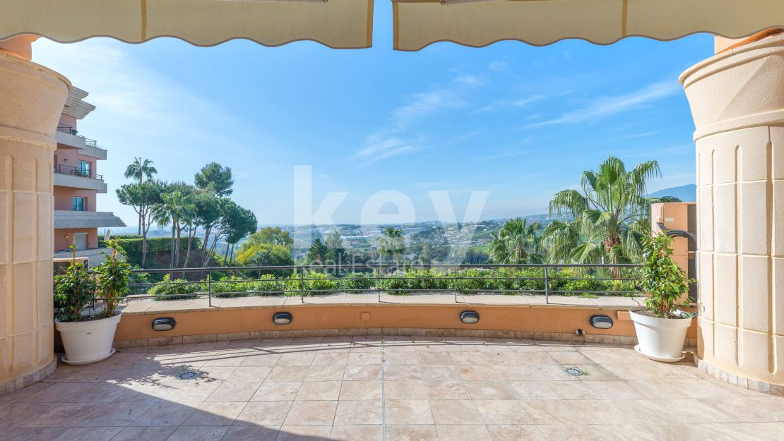 Fantastic duplex penthouse with sea views in the luxurious Magna Marbella urbanization, Nueva Andalucía.