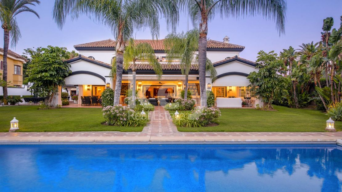 Beachside classic villa in Guadalmina Baja