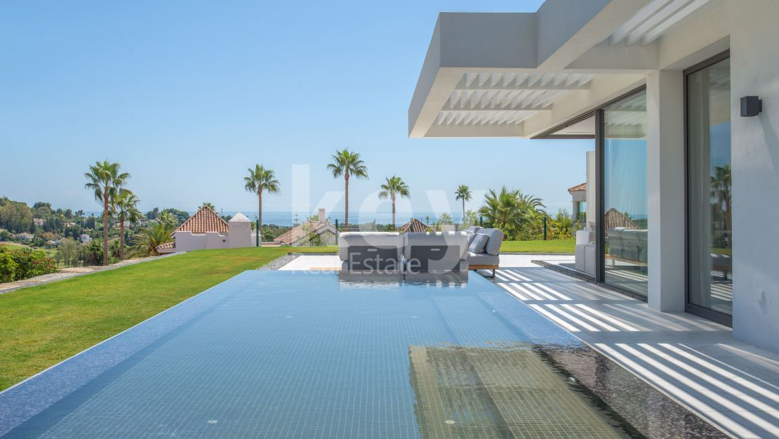 Outstanding luxury apartment with sea views in Benahavis
