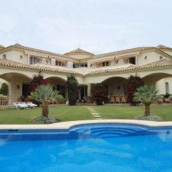 A first line golf villa in Nueva Andalucia for family living