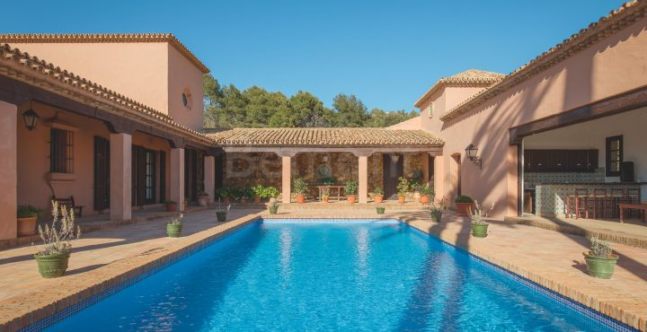Traditional luxury villa for sale in Marbella East