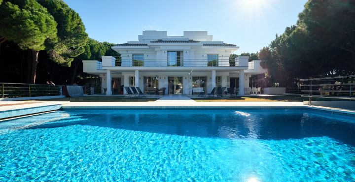 Impressive classical villa for sale in Hacienda Las Chapas, Marbella East