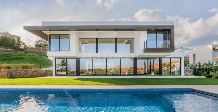 Modern golf villa for sale in La Alqueria, Marbella West