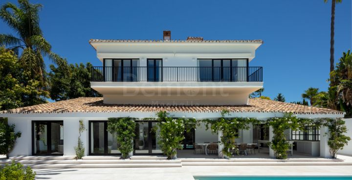 Spectacular front line golf villa for sale in Las Brisas, Nueva Andalucia