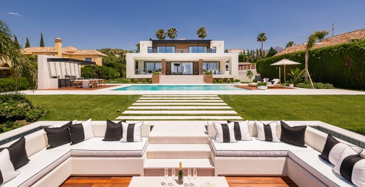 Outstanding front line golf villa for sale in Los Naranjos Golf, Nueva Andalucia