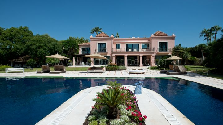 Estepona, Elegant Mansion set on the second line beach of El Paraiso Barronal.