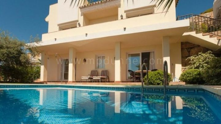 Istan, Sierra Blanca Country Club, 3 bedroom villa for sale with panoramic sea views.
