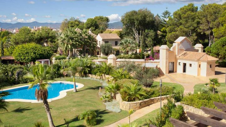 Marbella - Puerto Banus, Mimosas de Puerto Banus, Puerto Banus, 2 and 4 bed apartments/penthouses beachfront
