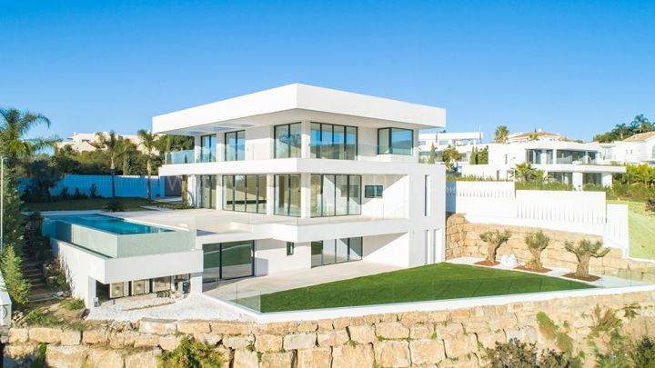 Benahavis, Stunning villa front line golf with panoramic sea views in Los Flamingos