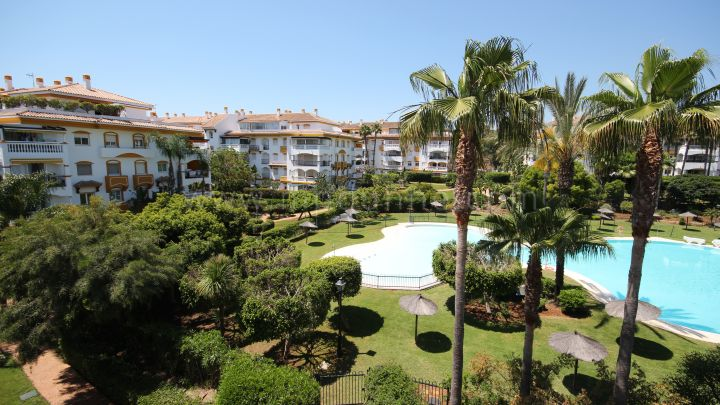 Nueva Andalucia, Apartment in gated development close to Puerto Banús
