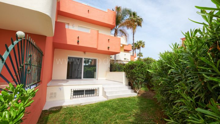 Estepona, Fully renovated townhouse in frontline beach development in Estepona.