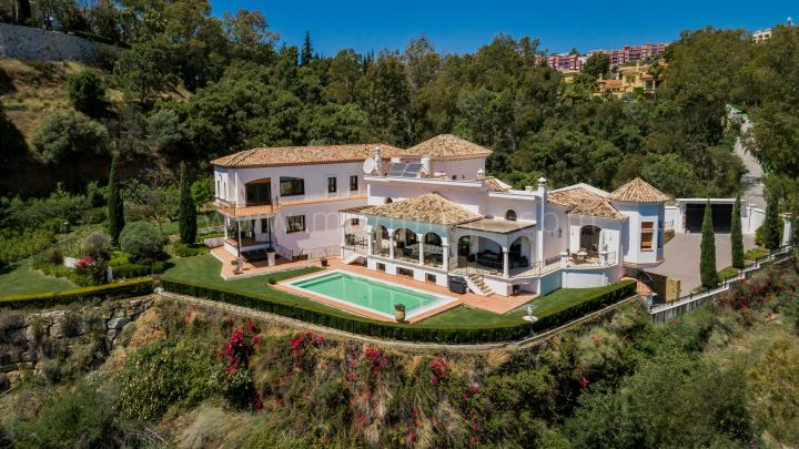 Benahavis, Elegant villa for sale with stunning views in El Herrojo Alto