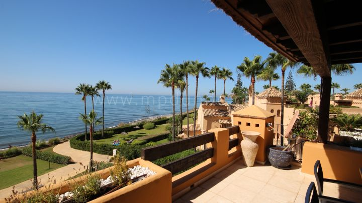 Estepona, Penthouse in frontline beach complex in New Golden Mile, Estepona