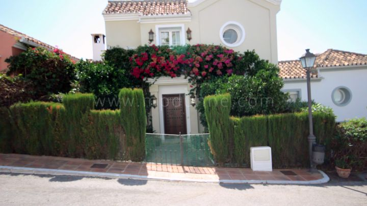 Marbella Golden Mile, Townhouse enjoying sea views in Marbella Hill Club
