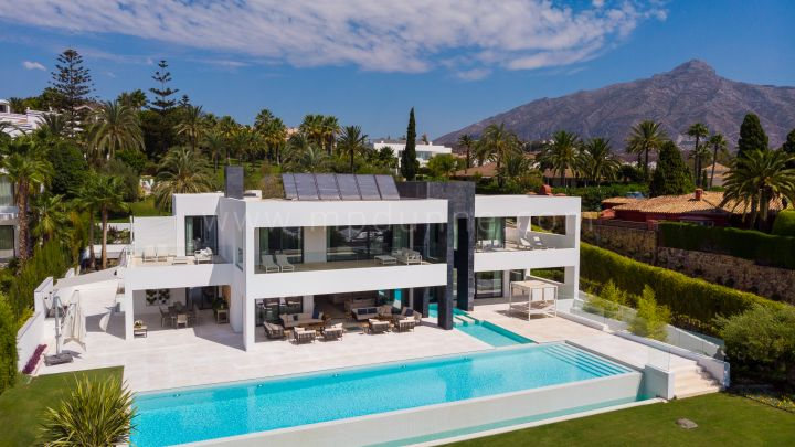 Nueva Andalucia, Brand New Modern Villa in Nueva Andalucia with Sea Views