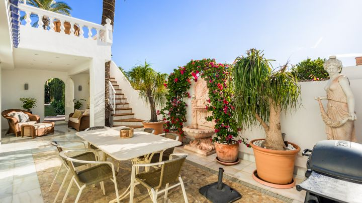 Marbella Golden Mile, Marbella Golden Mile Villa for Sale in Beachfront Complex