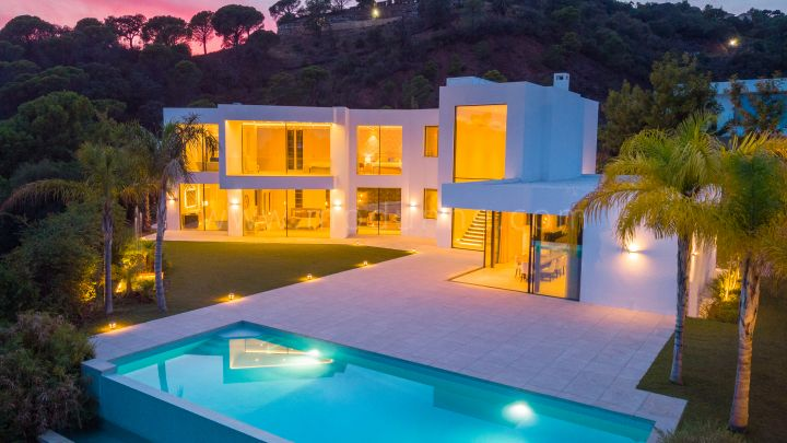 Benahavis, Modern six bedroom detached villa with panoramic views in El Madroñal