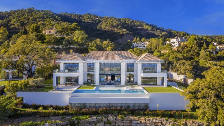 Benahavis, Recently built modern villa in Gated Community in El Madroñal