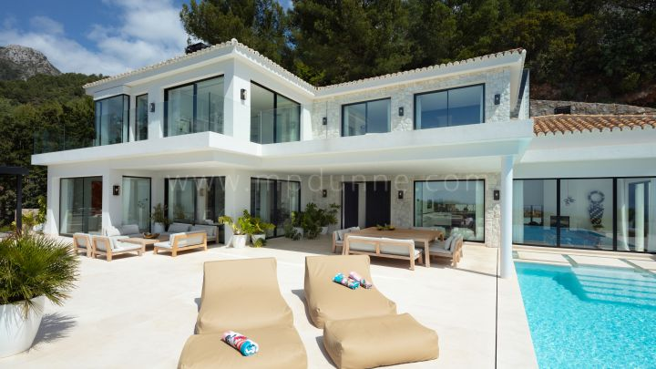 Marbella Golden Mile, New modern villa with panoramic sea views in Cascada de Camojan